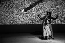 Torpakh e i Semi del Nulla SCENA 6: LA SUPERIORE Il dialogo di questa Nāyikās è tratto da un brano classico della tradizione tamil delle cortigiane. L'eroina riceve a casa un'amica che tenta, in ogni modo, di suscitare la sua gelosia e la sua invidia rammentandole i tradimenti del patron. Ella si dimostra però superiore alle maldicenze della sua ospite, rifugiandosi nella certezza della Bhakti. SCENA 7. LA SODDISFATTA Una poesia di Baba Taher (? – 1019), poeta popolare e Sufi di Hamedan, che spiega il senso di appagamento che l'Amore vero può dare, inteso come uno degli stadi dell'ascesi sufi. EPILOGO: OGNI UOMO HA UNA RISPOSTA…..